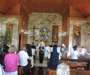 Peregrinação dos simbolos do Mês Missionário Extraordinário.