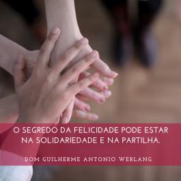 O SEGREDO DA FELICIDADE PODE ESTAR NA SOLIDARIEDADE E NA PARTILHA.